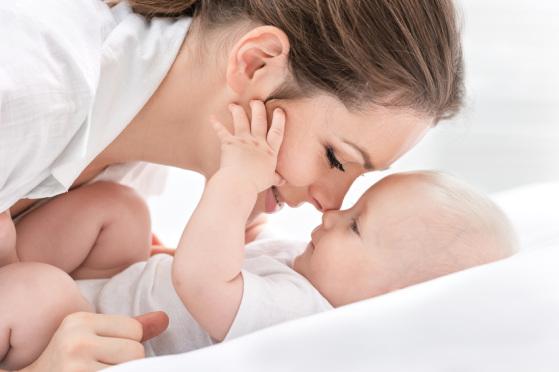 Mama und Kind sind sich körperlich nah und bauen so eine sichere Bindung auf!
