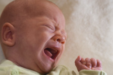 Baby schreien lassen - Nur durch Körpernähe und Trost kann ein Baby seinen Stress beruhigen