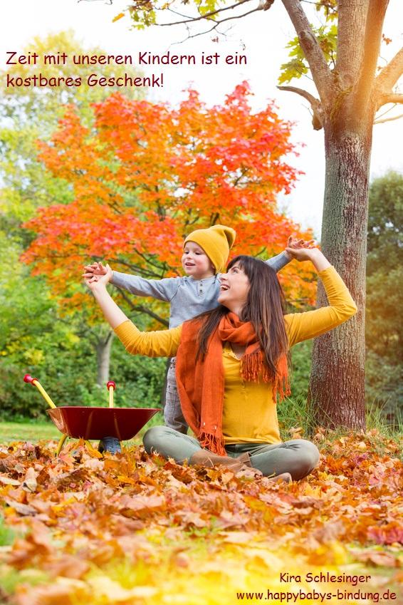 Mama mit Sohn im Herbstwald