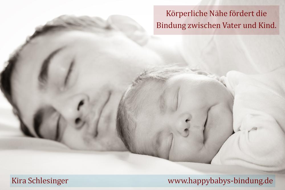 Vater und Kind schlafen gemeinsam, das fördert die sichere Bindung