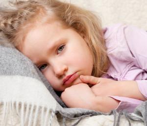 Kleinkind mit Fieber - Besonders bei häufigen Infekten kann das die Mutter stressen, da sie Angst um ihren Job hat